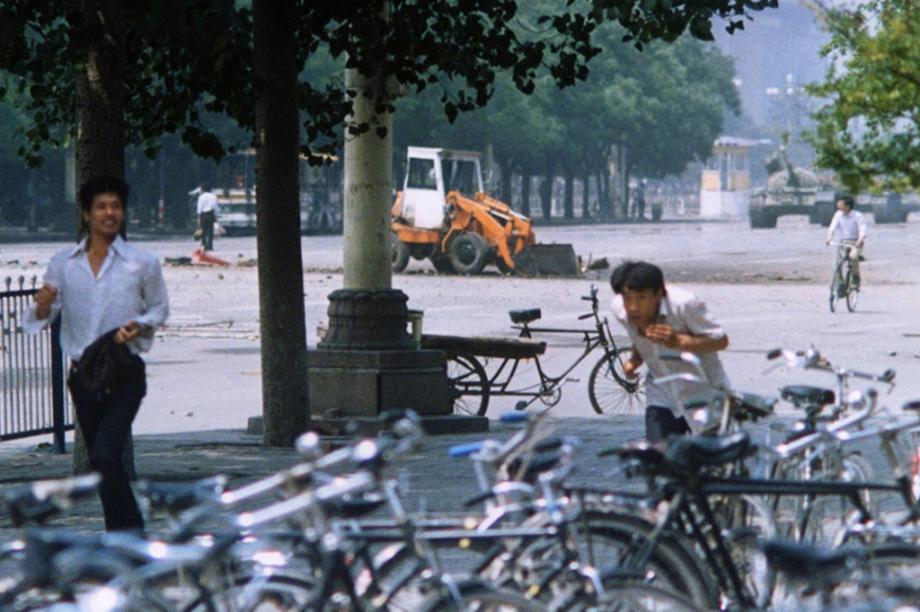 O rebelde desconhecido da Praça da Paz Celestial, em Pequim, que também ficou conhecido como homem do tanque, aparece na esquerda da imagem, perto do trator.