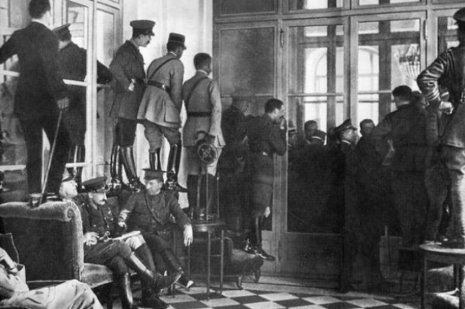Pessoas sobem nas cadeiras para testemunhar a assinatura do Tratado de Versalhes, em 1919, que encerrou a Primeira Guerra Mundial.
