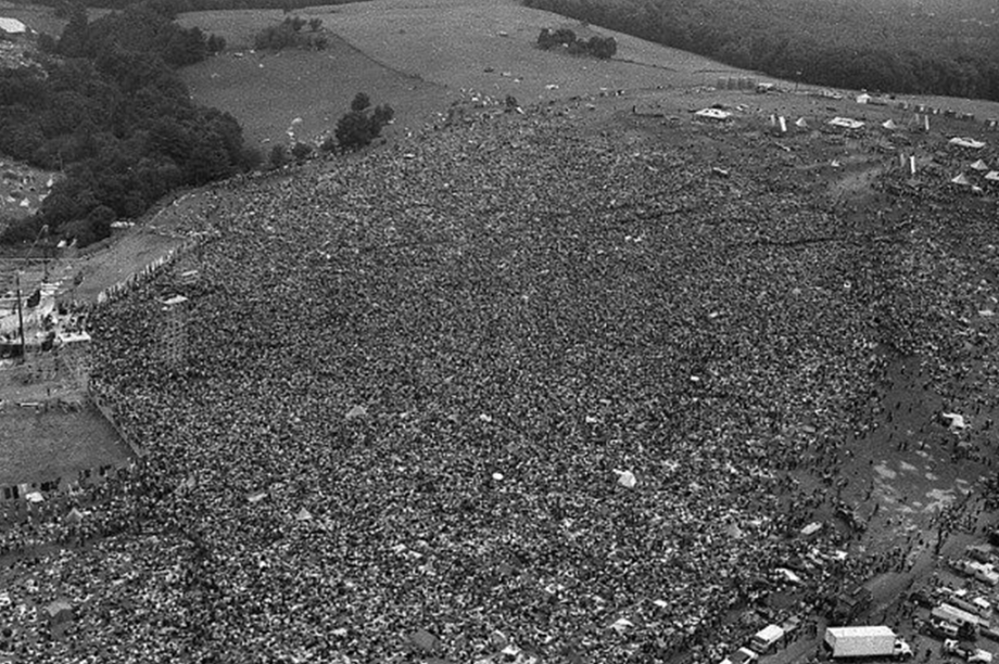 Foto aérea mostra a multidão que se juntou para o Festival de Woodstock, em 1969.