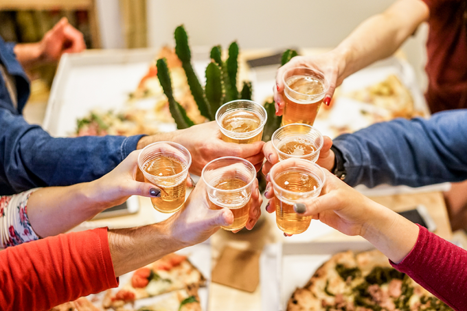Ensinar adolescentes a beber em casa estimula alcoolismo
