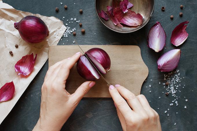 Como descascar cebola sem chorar?