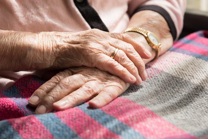 Idosos com Alzheimer ficam mais agressivos à noite