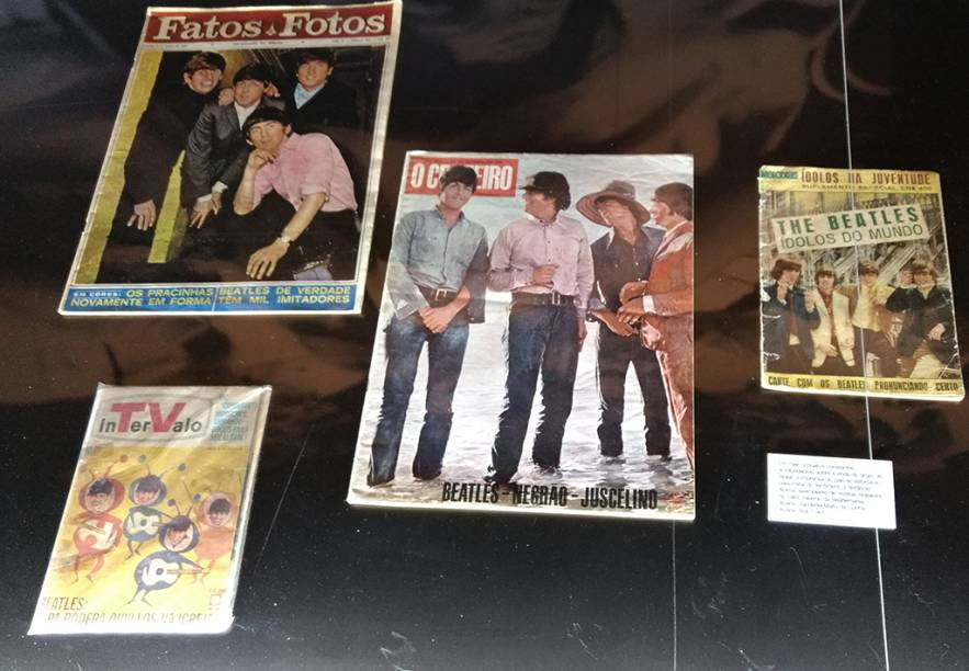 Revistas e publicações antigas, incluindo brasileiras, estão expostas em vitrines numa sala redonda