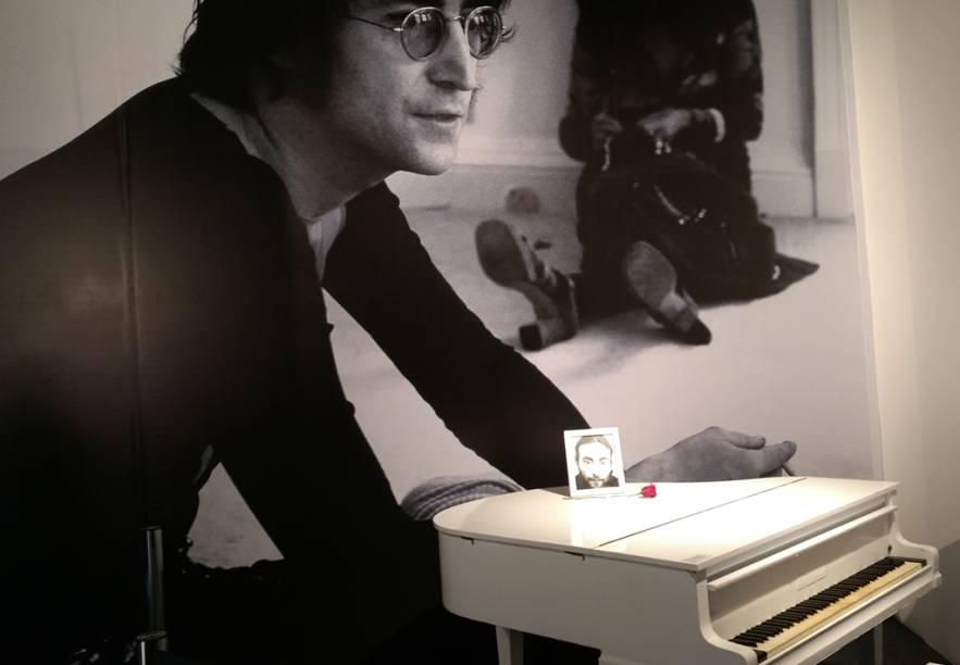 Há salas específicas para a carreira solo de cada um dos Beatles. Na de John Lennon, há uma recriação de seu clássico piano branco