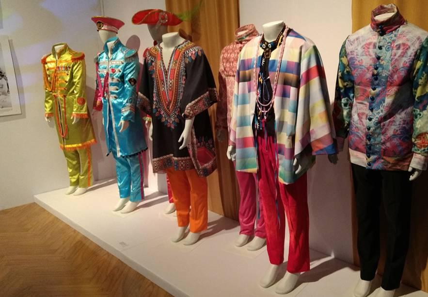 Reprodução de figurinos diversos da banda, incluindo as antológicas vestes usadas na arte do álbum Sgt. Pepper's Lonely Hearts Club Band