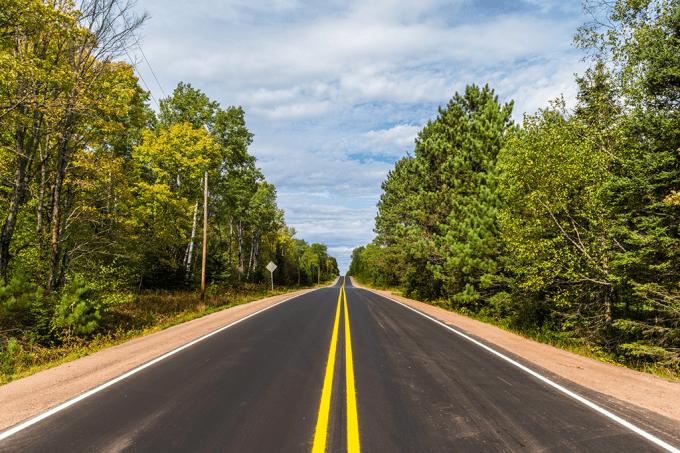 Como são determinadas as faixas de ultrapassagem em estradas de mão dupla?