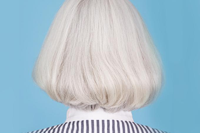 Por que os cabelos ficam amarelos ao descolorirmos, mas brancos na velhice