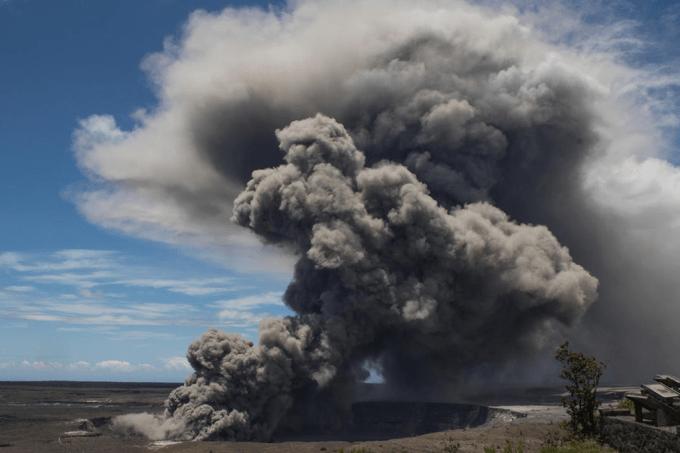 Vulcão havaiano está lançando rochas que causam terremotos