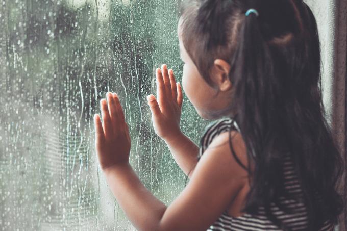 Excesso de controle dos pais gera crianças com problemas para lidar com as próprias emoções_HOME