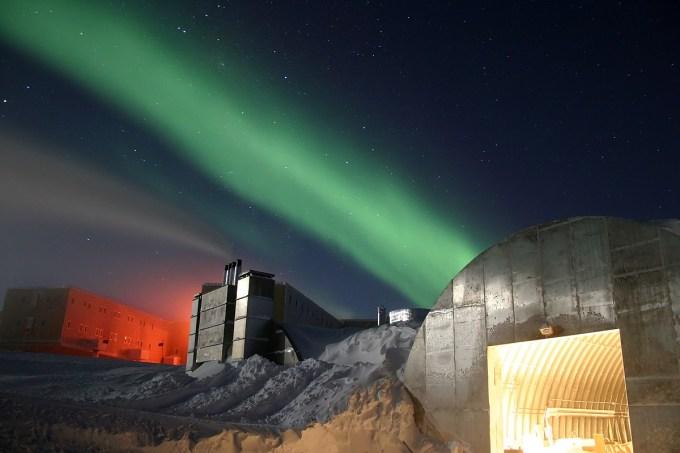 1200px-Amundsen-Scott_marsstation_ray_h_edit