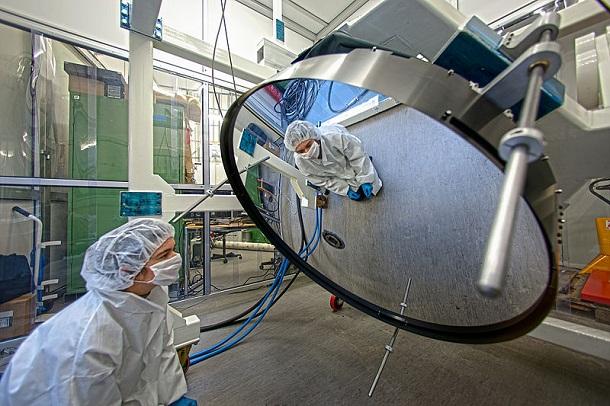 Super-thin_Mirror_Under_Test_at_ESO