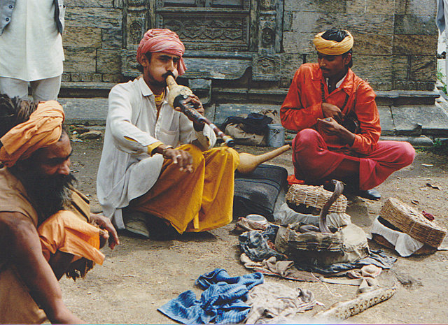 Fakir_with_a_flute_and_snake_India