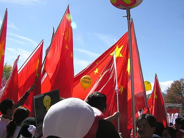 640px-Chinese_flags_obscure_Tibet_protest