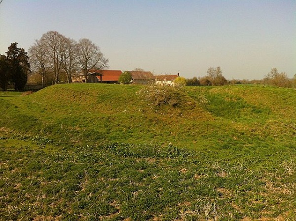 640px-Motte_feudal_at_Bailleul