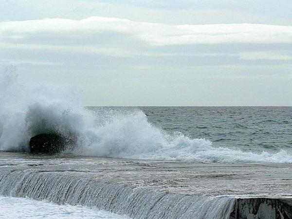 640px-Big_wave_breaking