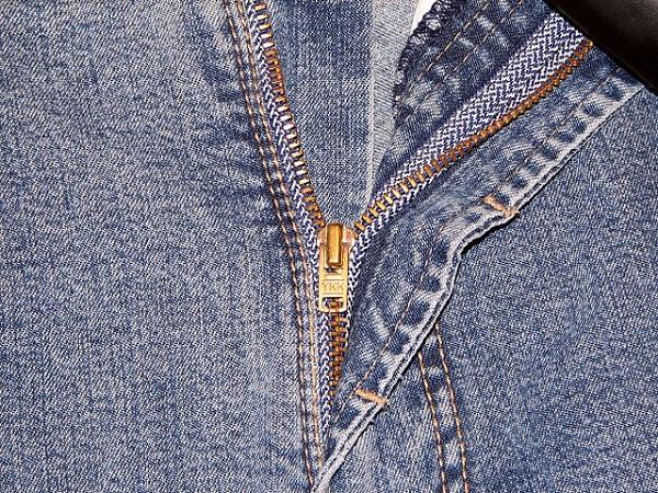 640px-YKK_Zipper_on_Jeans