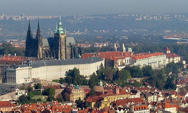 640px-Prague_Castle-3a