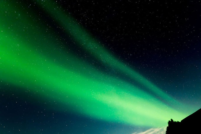aurora_borealis_from_the_rooftop_in_iceland