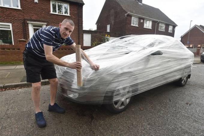 Cansado de ver sua casa virar estacionamento, inglês enrola carro em papel filme