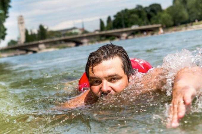 Cansado de usar bicicleta, alemão decide nadar para ir ao trabalho