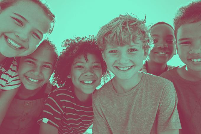 Crianças felizes viram adultos ricos
