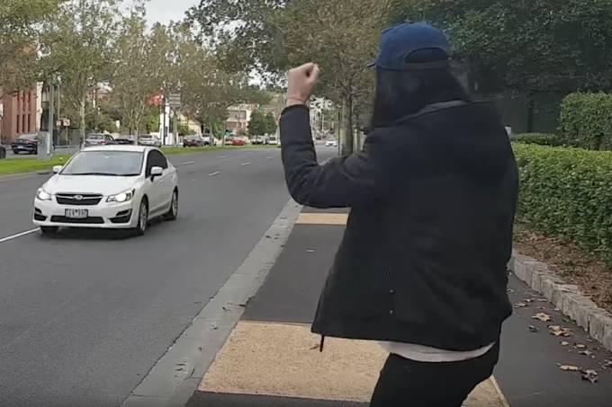 Australiano entra em busca por fazer as pessoas buzinarem