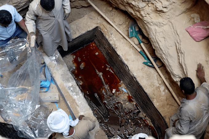 MIlhares de pessoas querem beber água de sarcófago do Egito_HOME