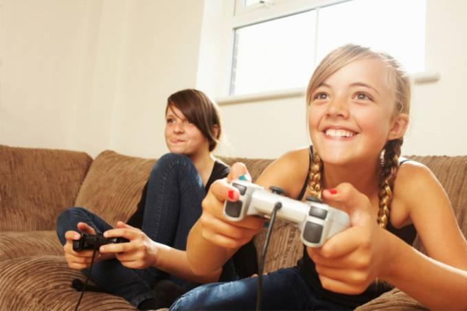 Mulheres jogando videogame