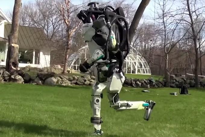 Medo da IA? Robô corre, salta e dá piruetas cada vez melhores