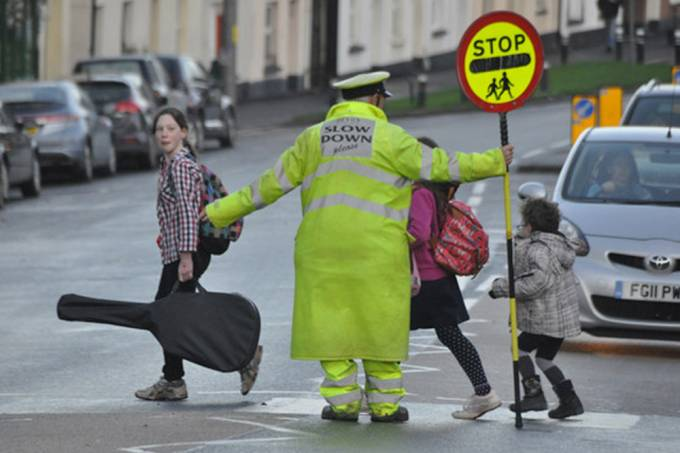 Controlador de tráfego de 83 anos é proibido de cumprimentar crianças