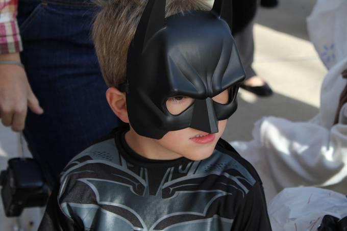 Crianças perseveram mais durante tarefas quando estão vestidas como o Batman