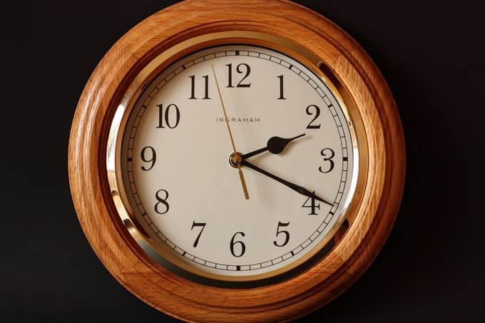 Escolas britânicas estão removendo relógios analógicos das paredes porque alunos não conseguem lê-los