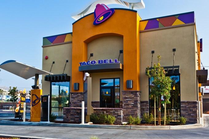 Franquia de fast food queima e jovens fazem vigília em homenagem