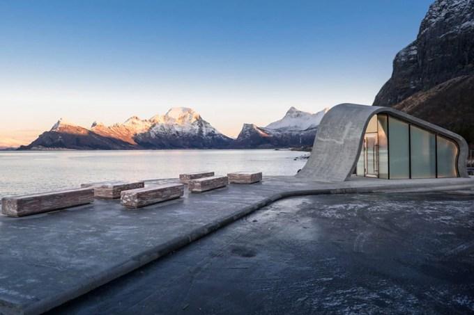 Noruega constrói banheiro público conceitual em rota turística do país
