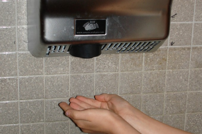 Secadores instalados em banheiros estão espirrando cocô em mãos, afirma estudo
