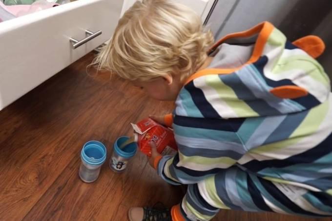 Criança tenta ser organizada, mas é vítima do próprio cuidado