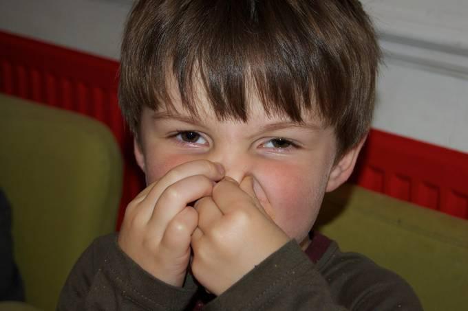 Pessoas que odeiam odores corporais tendem a preferir medidas de direita, afirma estudo