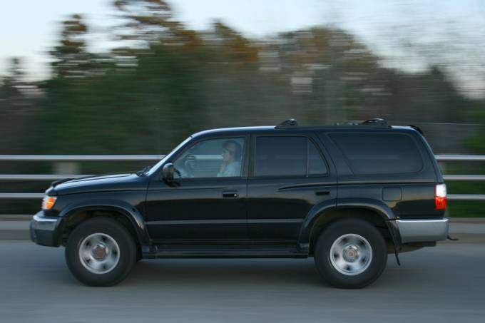 Presidente do Turcomenistão bane carros pretos porque gosta da cor branca