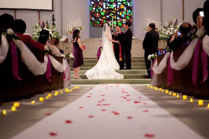 Homem desmaia durante casamento e causa comoção