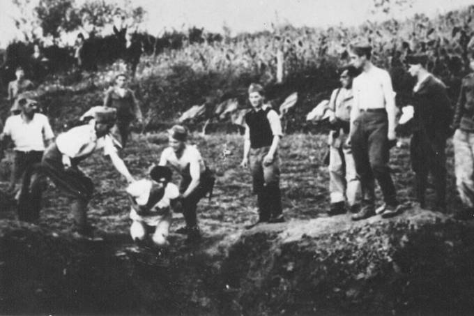 Ustaše_militia_execute_prisoners_near_the_Jasenovac_concentration_camp