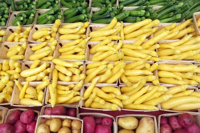 verdura_calabacines_en_venta_en_el_mercado