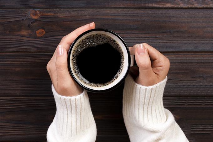 Mulher segurando xícara de café