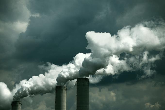 Fábricas emitindo poluição