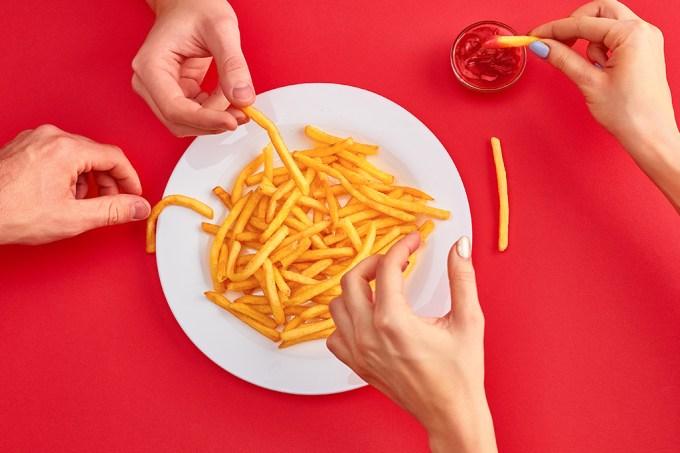 Pessoas comendo batata frita