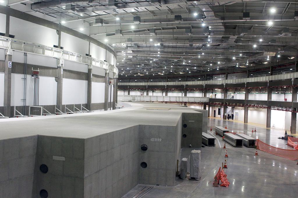 O interior do Sirius, ainda em obras. Cada recorte na parede de concreto abrigará uma cabana para realização de experimentos científicos.