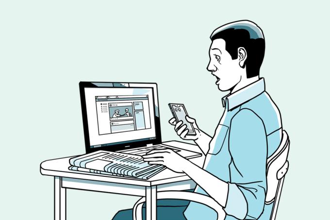 Homem lendo no computador