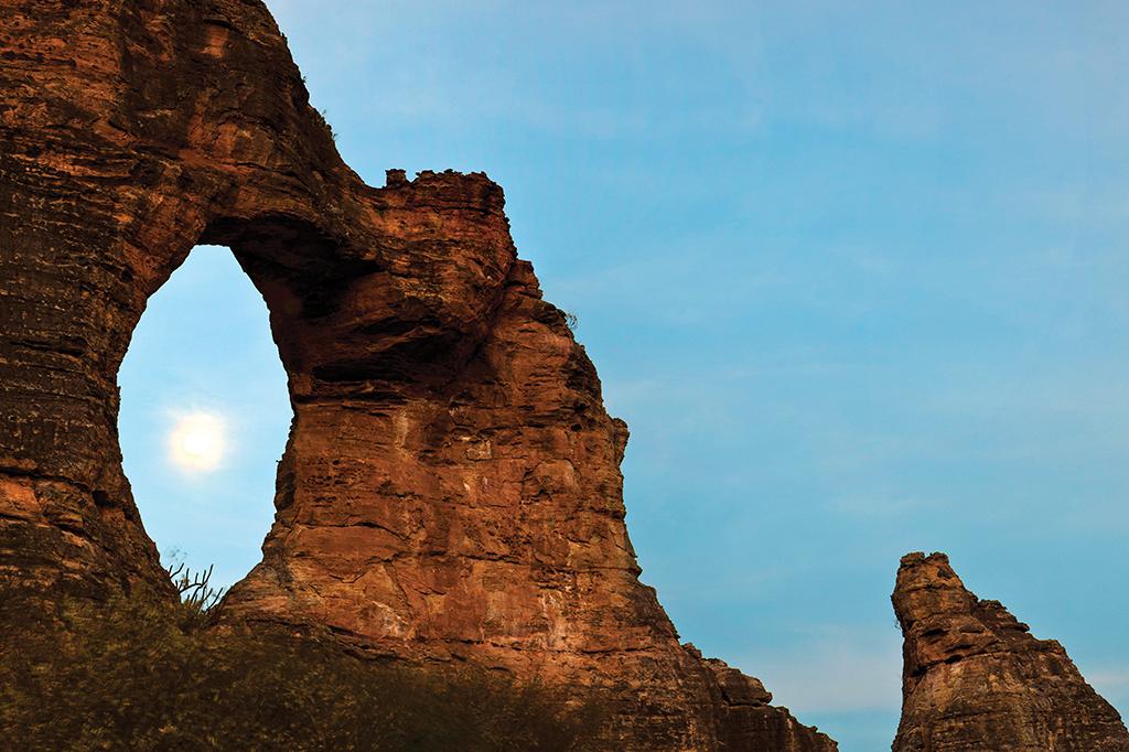 A Pedra Furada, que dá nome ao sítio que coleciona 1.200 pinturas rupestres.