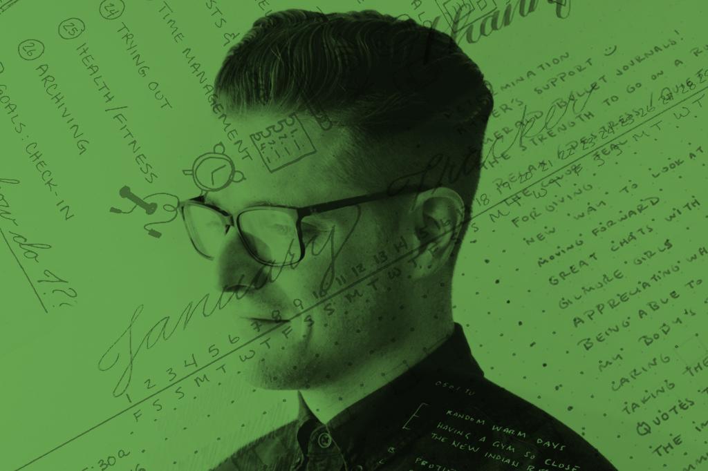 Ryder Carroll, de óculos, em um filtro verde. No fundo, há anotações com palavras e números, tudo feito à mão.