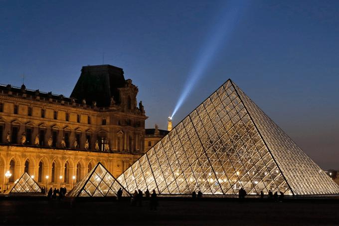 piramide-louvre-airbnb