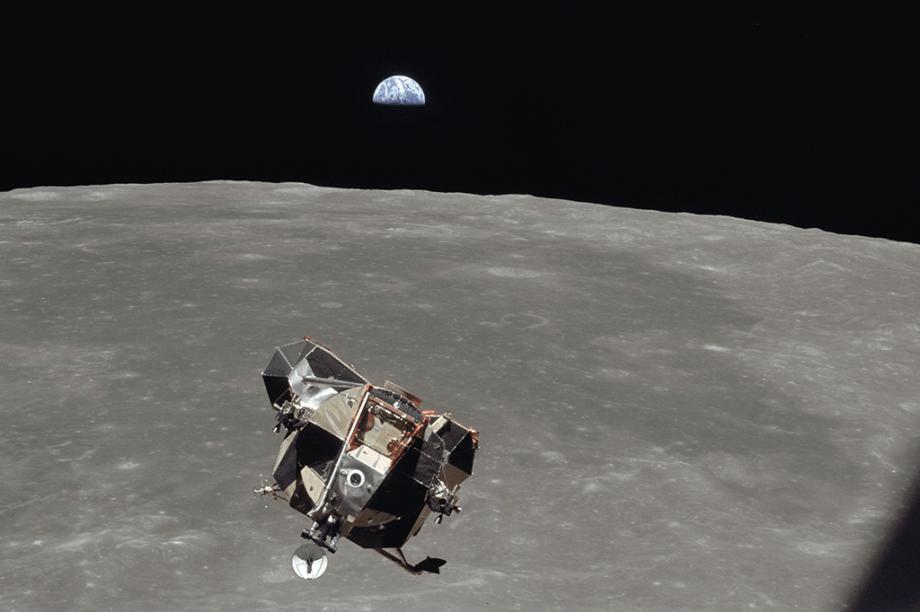 O módulo Eagle retorna da superfície lunar.